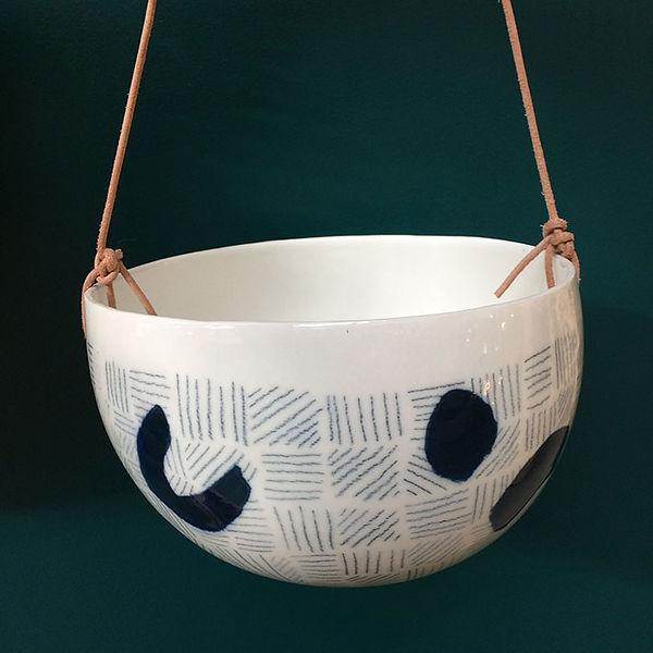 caroline prevost ceramique traits et pois or graphique motif dessin email lille roubaix ateliers jouret ceramique comtemporaine porcelaine poterie coulage suspension