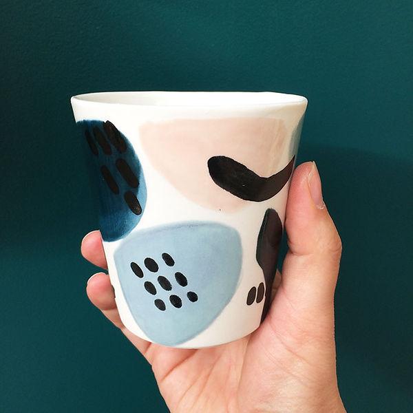 caroline prevost ceramique set porcelaine tase poterie coulage graphisme dessin taches d'émail traits ceramique comtemporaine lille roubaix ateliers jouret tasse