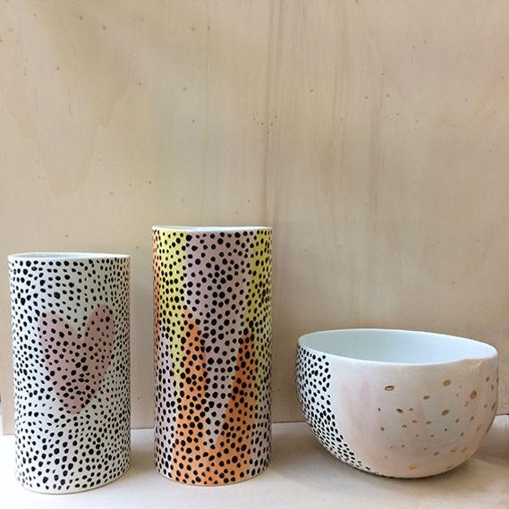 caroline prevost ceramique vase  porcelaine coulage  leopard poitillisme lille roubaix arts de la table lifestyle ceramique comtemporaine vase dessin graphisme ateliers jouret couleurs
