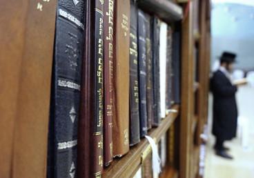 ארון הספרים בבית הכנסת