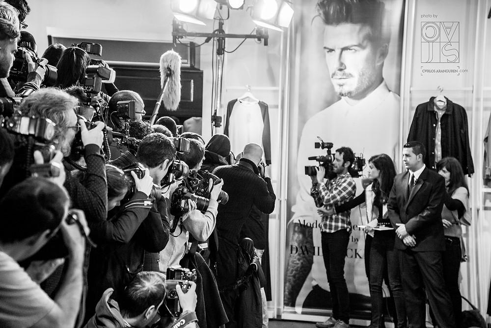 expectación en la tienda de H&M Madrid Gran Vía 37 por la llegada de David Beckham. Foto por Carlos Aranguren