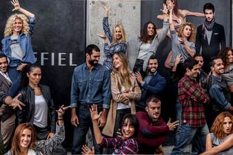 Martina Klein y Rubén Cortada en un FlashMob para Cortefiel