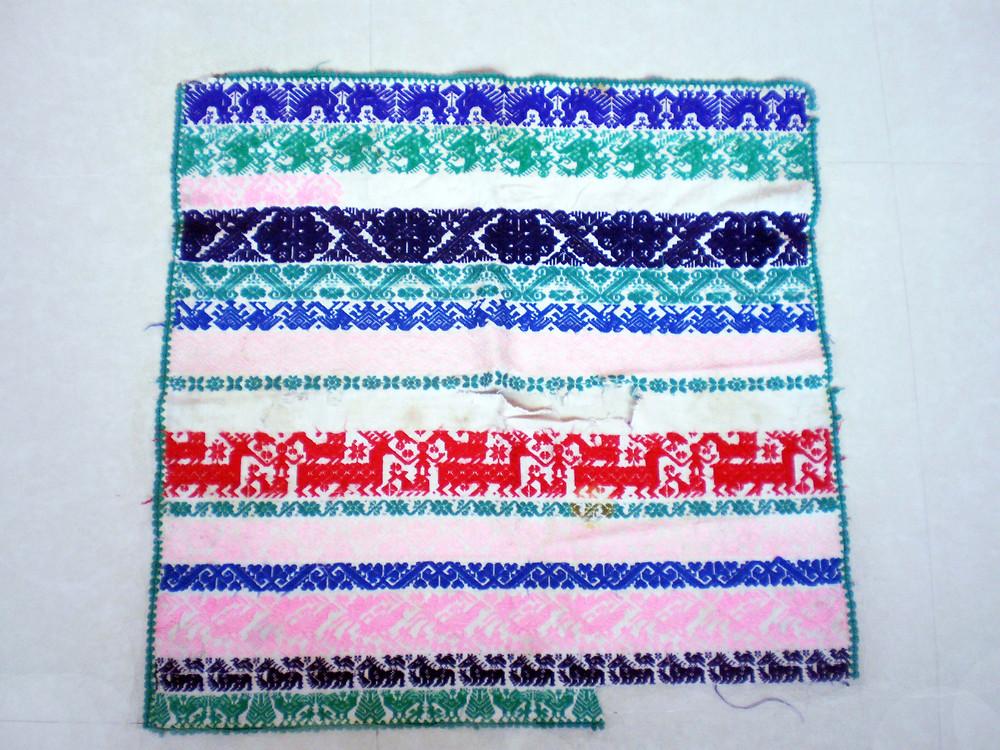 Fotografía de la autora. Muestra de bordados que se fotocopian, se intercambian y venden en los zócalos de las comunidades mazahuas