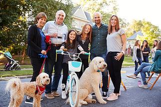 Famille heureuse avec des animaux domest