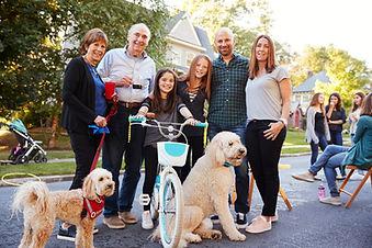 Glückliche Familie mit Haustieren