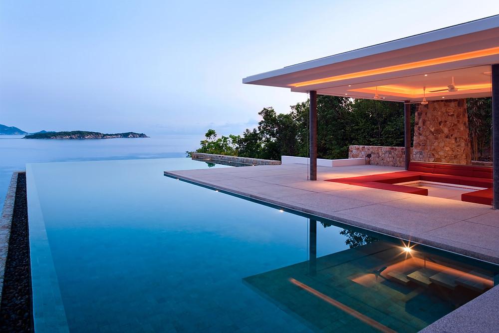 Infinity edge swimming pool
