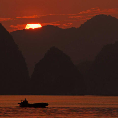 Lan-Ha-Bay-sunset-fisherman-for-web.jpg