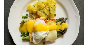 Špargľa. Halloumi. Pošírované vajíčko. Holandská omáčka. Gastronebo.