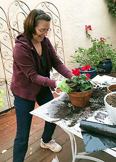 Volunteer-Helping2PotPlants.jpg