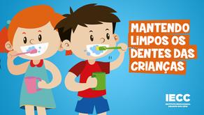 Mantendo limpos os dentes das crianças