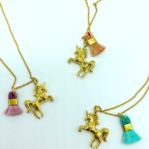 Kleines goldiges Pferdchen (Einhorn) mit kleiner Tassel an Kette