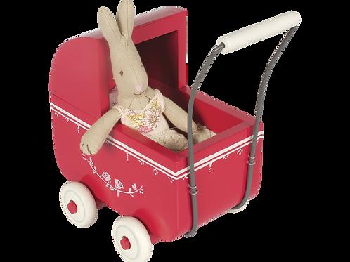 Roter Kinderwagen für die  Hasenbabies -mittel