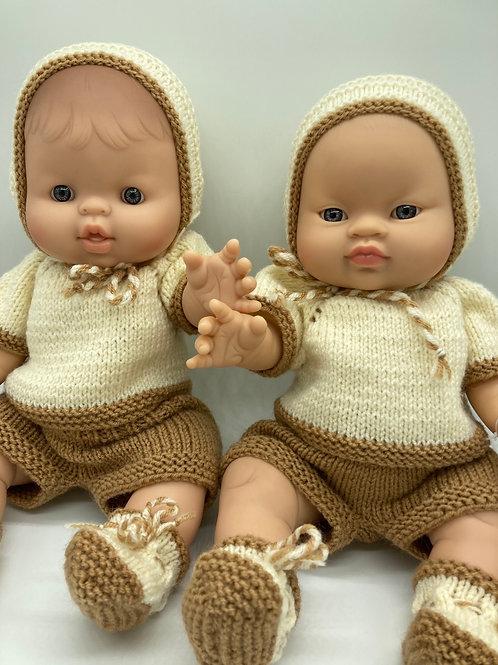 Puppenjunge von Paola Reina mit handgestricktem 4 teiligem Outfit