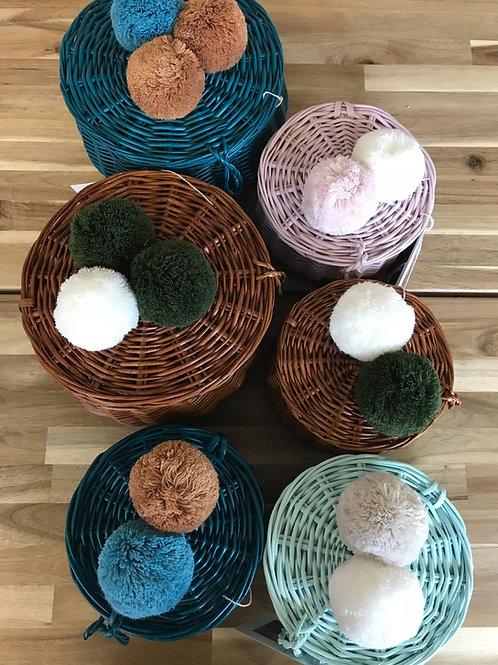 Handgemachte Weidenkörben mit Pompoms