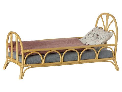 Rattanbett Medium von Maileg inkl. Bettwäsche