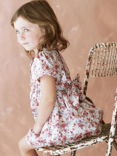 Schönes geblümtes Mädchenkleid