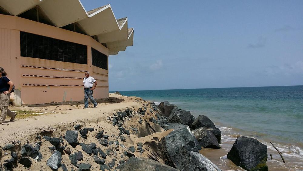 Una barrera de rocas para proteger un centro comunal colapsa debido a la erosión costera. Foto de archivo