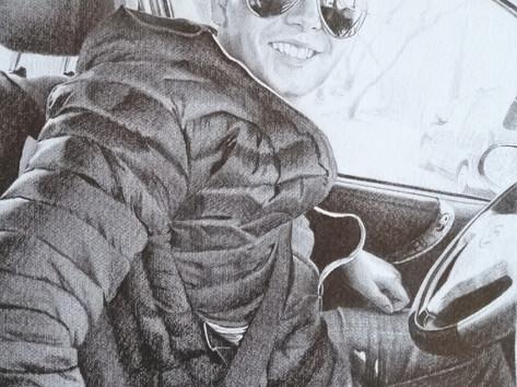 Grafit portré - Fiatal fiú autóban