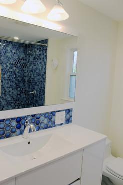 upstairs bath4.JPG