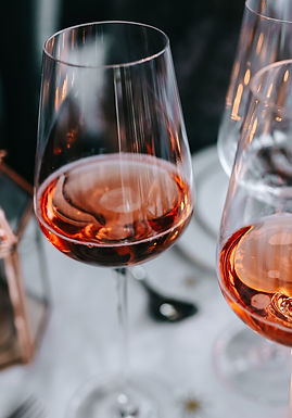 kaboompics_Rose wine glass on christmas