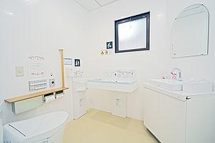 ベビーベッド付き女性用トイレ