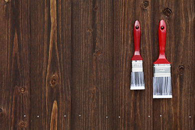 木の壁と刷毛