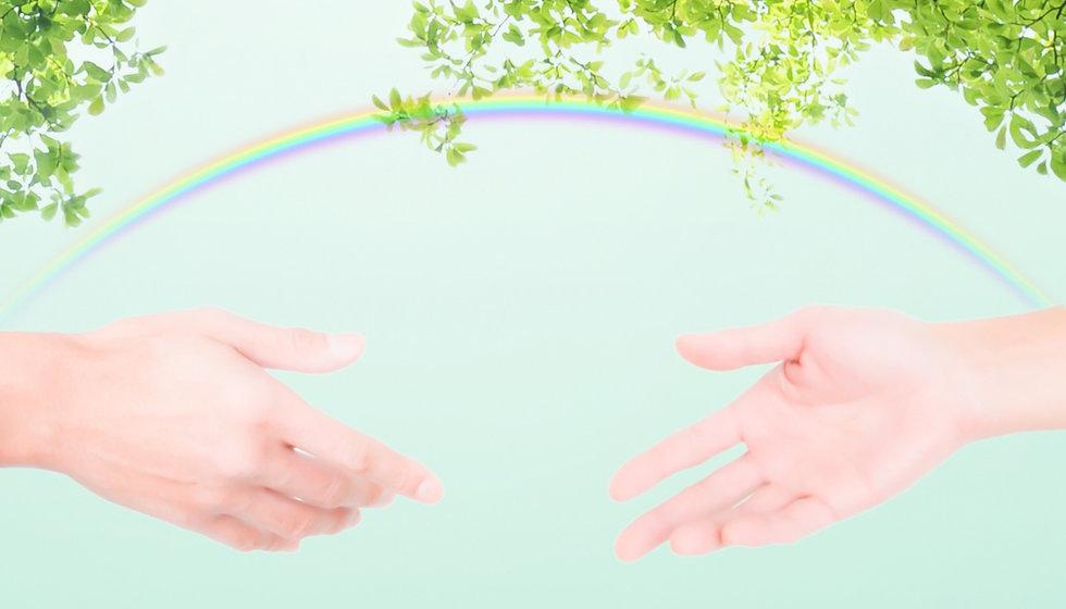 手と虹と木々
