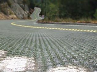 Divulgação Placas solares no asfalto podem até carregar carros elétricos em movimento
