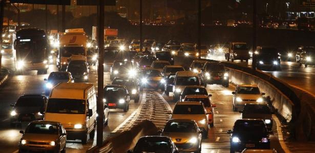 17abr2015---motoristas-enfrentam-transito-intenso-na-marginal-tiete-no-sentido-rodovia-ayrton-senna-em-sao-paulo-nesta-sexta-feira-17-saida-para-o-feriado-prolongado-de-tiradentes-1429310194532_615x300.jpg