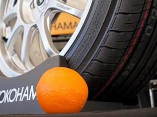 Divulgação Pneu Yokohama cujo composto tem casca de laranja na composição, o que o torna ecologicamente correto