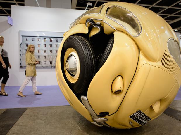 """Fusca de 1953 vira """"bola"""" nas mãos de artista indonésio"""