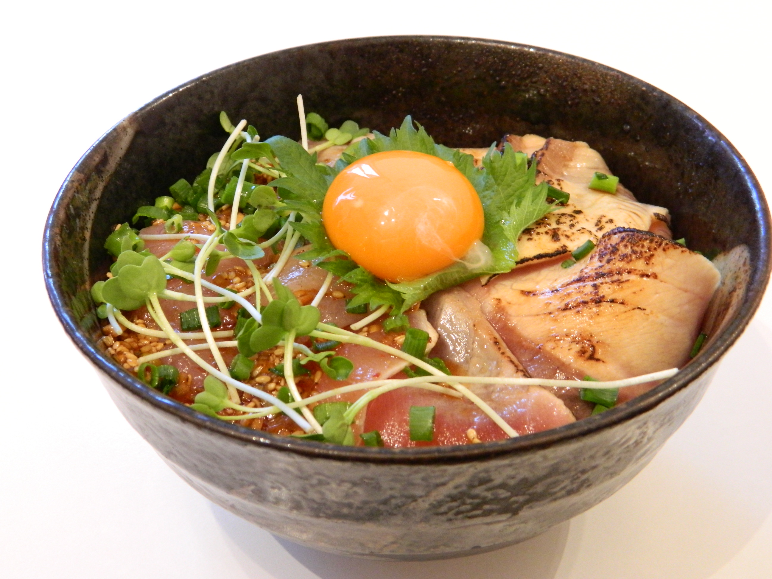 タンタン海鮮丼と炙りのハーフ