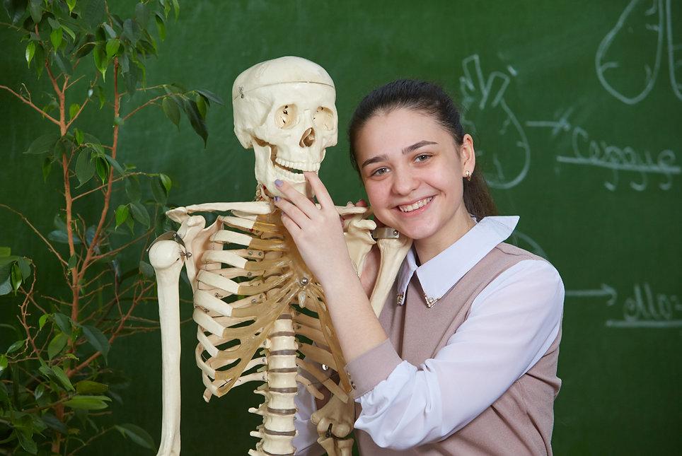 палец в рот скелету