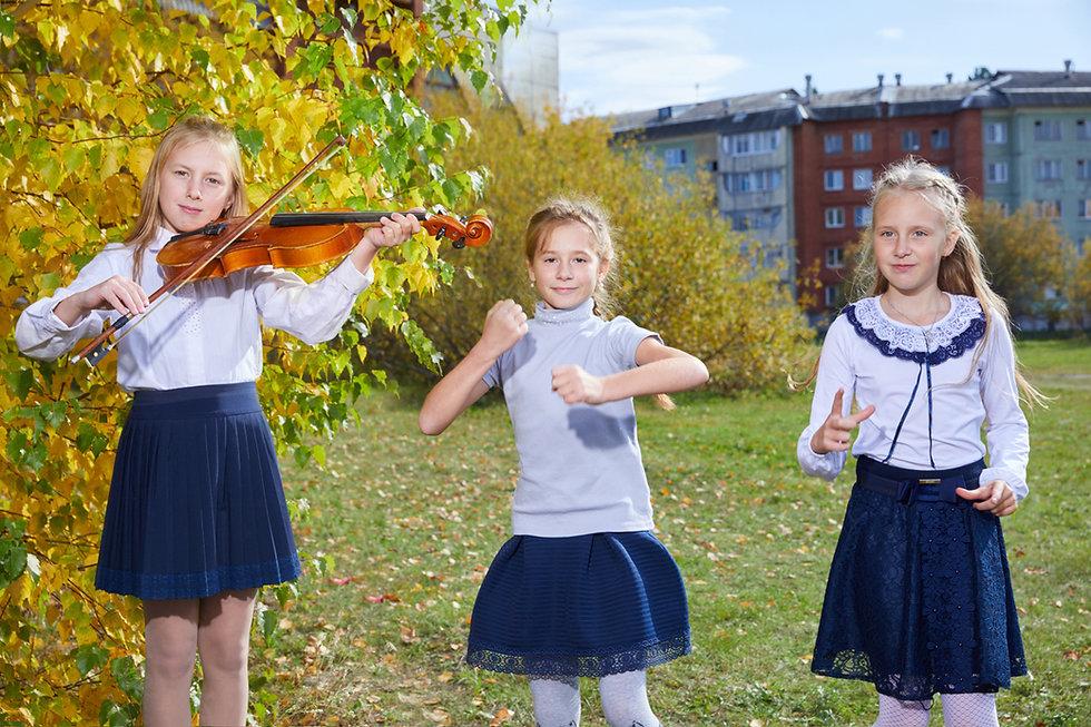 школьницы танцуют