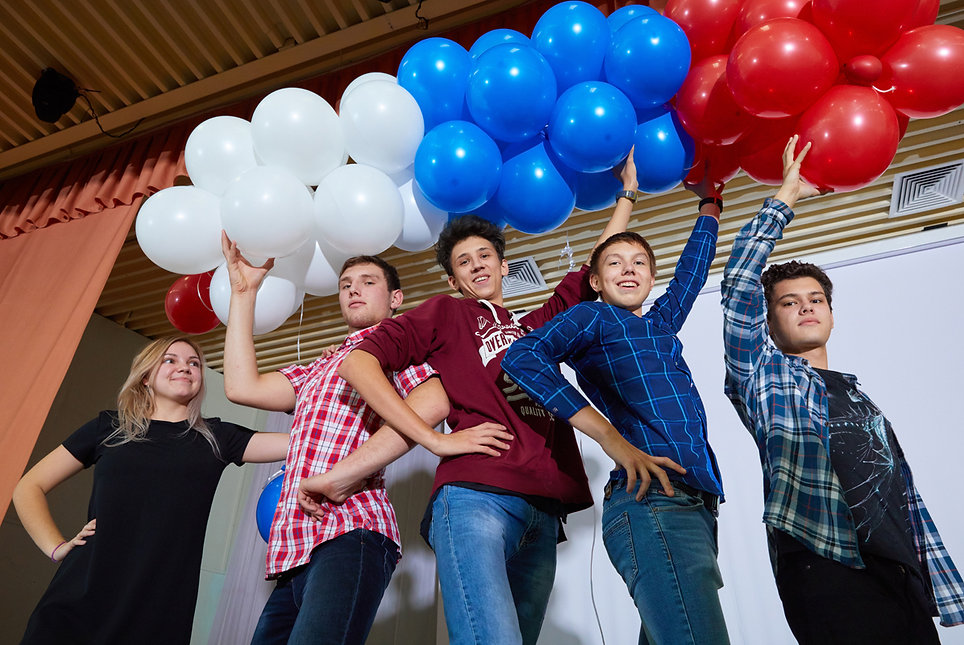 школьники с воздушными шарами