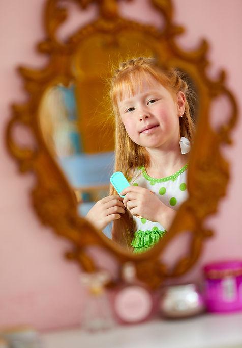 девочка смотрит в зеркало