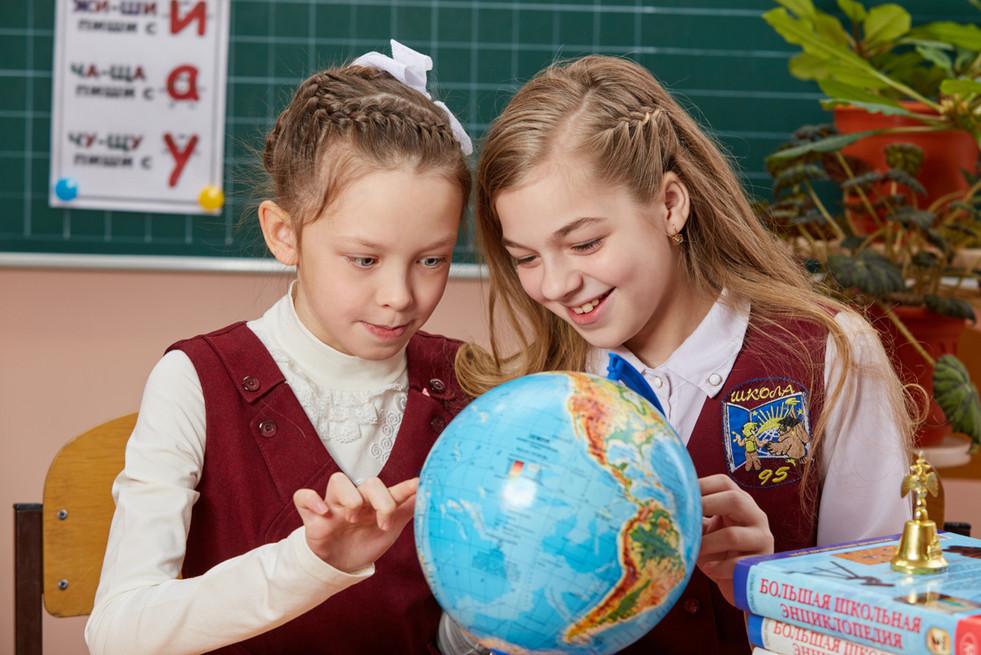 школьницы с глобусом