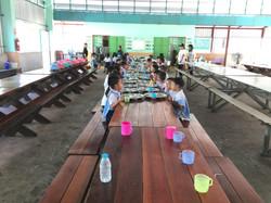 เลี้ยงอาหารกลางวันเด็ก1