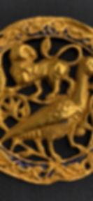 Coppia di placchette in oro traforato e sbalzato