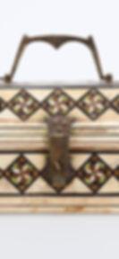 Cofanetto a pianta rettangolare con coperchio a sezione trapezioidale