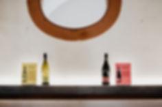 Weisswein und Rotwein nebeneinander