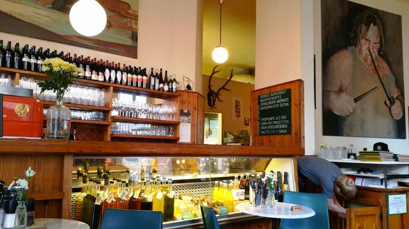 """Für die """"Roots-Schenke"""", die Weinschenke im 5. Bezirk Wiens, entstand das erste von vielen Werken: Gérard Depardieu, der grimmig über die Qualität der besten Burger wacht. Gefolgt von einem jungen Clint Eastwood doppeln sie den würzigen Charakter der Speisen."""