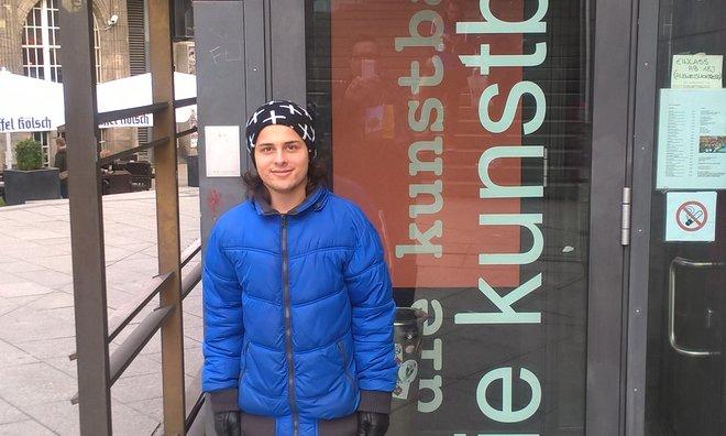 Jonas vor der Kunstbar