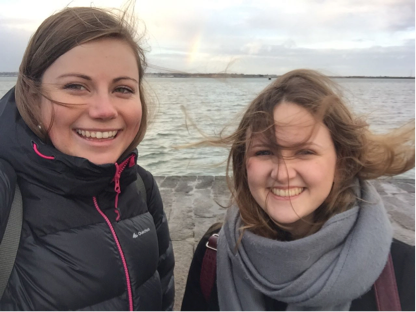 Foto von 2 Schweizerinnen beim Erkunden von 50 shades of green