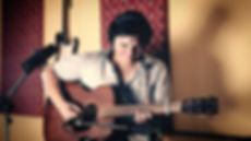 Jonatan Narvaez tocando guitarra