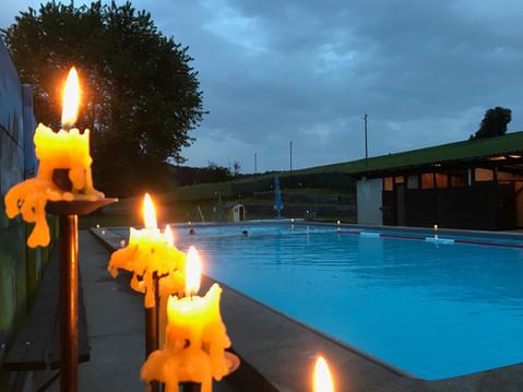 Schwimmen im Kerzenlicht