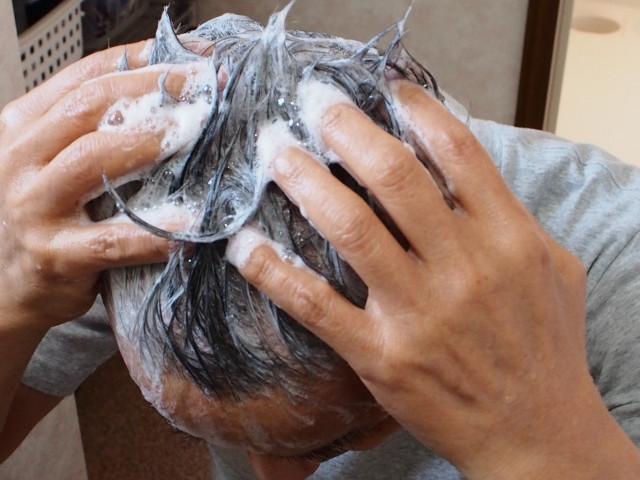 頭をゴシゴシ洗う人