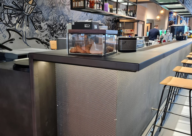 Bar ossature bois - habillage piste acier brut - façade metal perforé -Led
