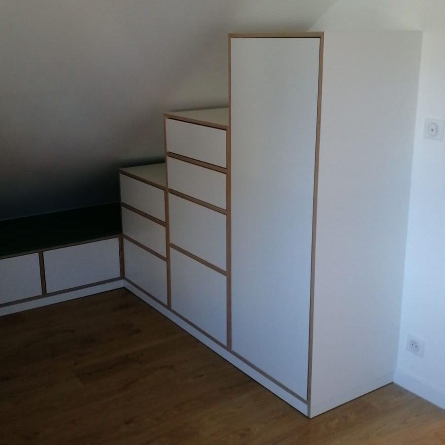 Agencement bois bouleau avec tiroirs et penderie sous rampant