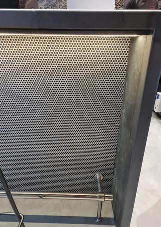 Bar ossature bois - habillage piste acier brut - façade metal perforé